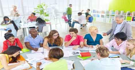 小規模大学を選ぶ6つの理由 学生 グループワーク 海外 イメージ